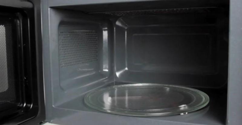 man stellt ein sch lchen rein und wartet so wird die mikrowelle automatisch sauber. Black Bedroom Furniture Sets. Home Design Ideas