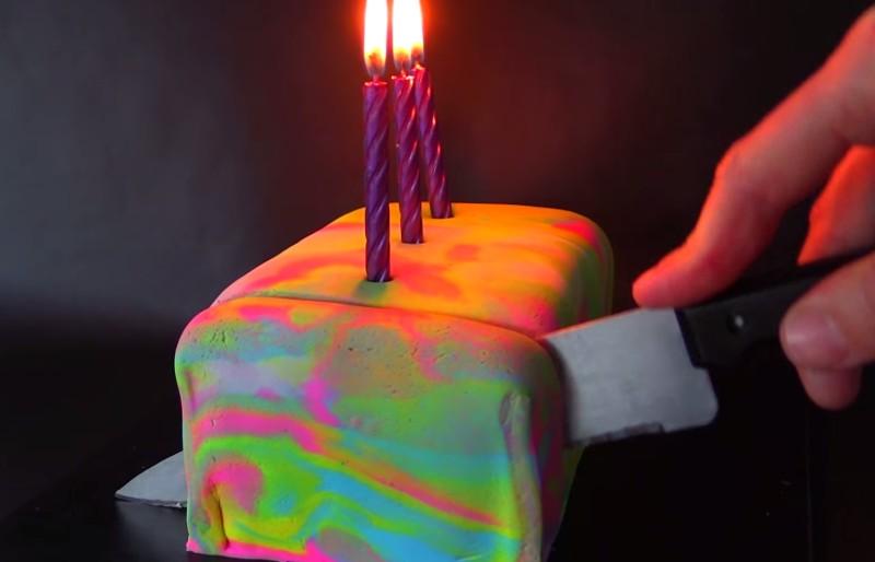 Dieser Kuchen sieht aus wie das reinste Durcheinander. Aber was am Ende dabei herauskommt? Einfach sagenhaft!