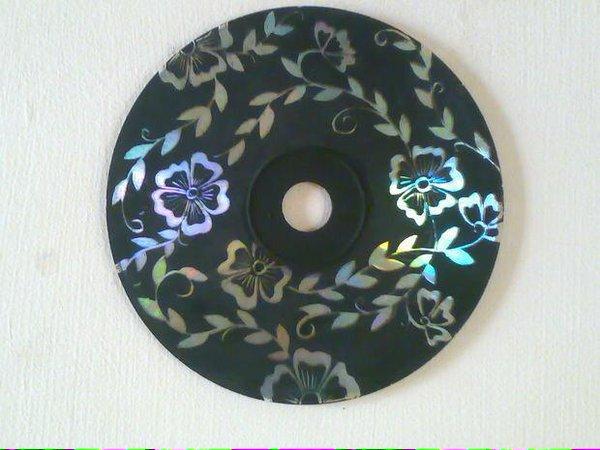 male eine cd komplett schwarz an ist die farbe trocken musst du mit dem schraubenzieher kratzen. Black Bedroom Furniture Sets. Home Design Ideas